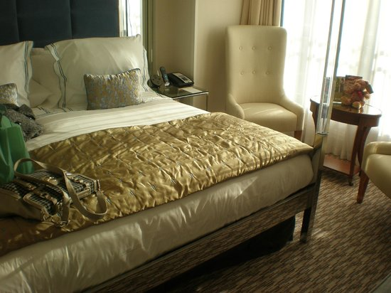 The Athenaeum Hotel & Residences:                   the amazing comfy bed
