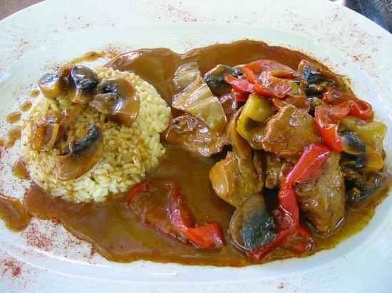 Vitsa, اليونان: ψαρονέφρι τηγανιά με μανιτάρια και χρωματιστές πιπεριές, σβησμένα με κρασί