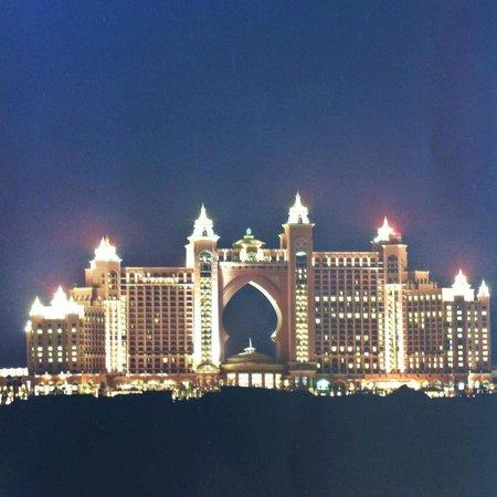 Atlantis, The Palm:                   Vista do Hotel a noite