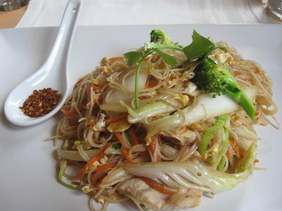 Lan Sang : mee noodles with pork and spicy red pepper flakes on the side