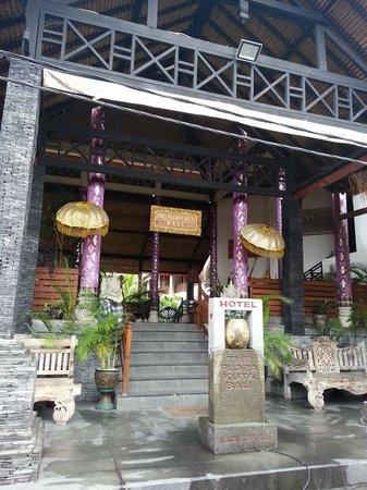 Hotel The Flora Kuta Bali: Front entrance