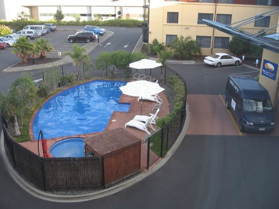 Heartland Hotel Auckland Airport: Pool in the parking lot