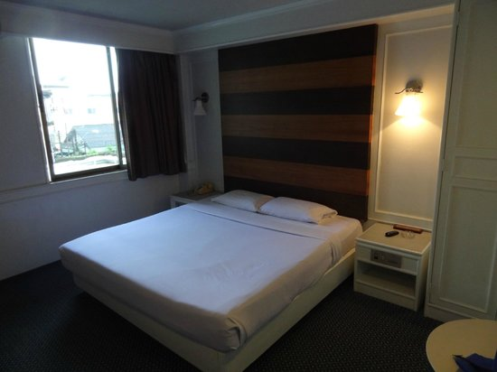 Grand Garden Hotel:                   広めのベッド」