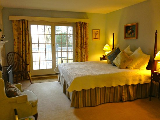 Fairville Inn Bed and Breakfast : GRACIOUS FURNISHINGS