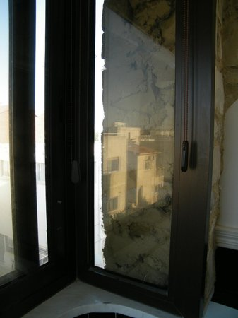 Vergi City Hotel : The side of the window was covered with stone