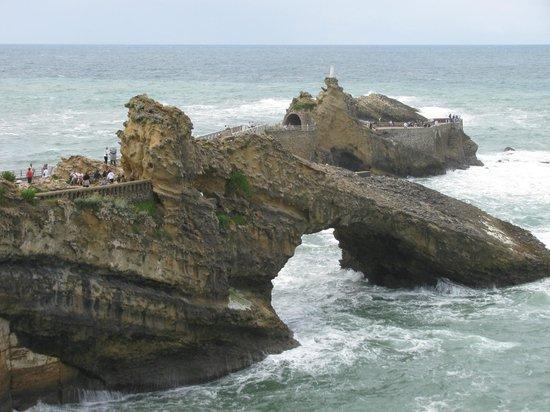 Biarritz by Locals : Felsformationen mit Statue St.Maria