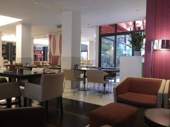 Novotel Athenes: Lobby and restaurant/bar