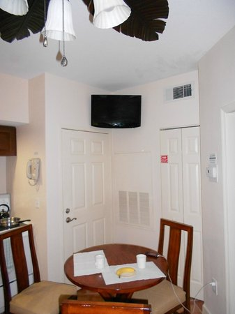 Grande Villas Resort :                   Télé au plafond !!!