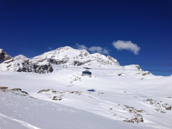 Ufficio Guide Monte Rosa : Cool shot of a gondola from the highest point in monterosa