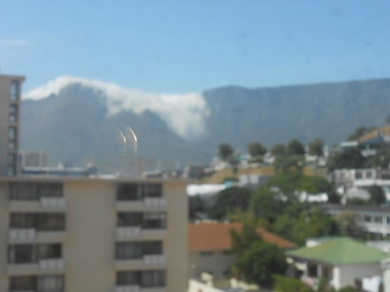 Protea Hotel by Marriott Cape Town Cape Castle: The start of the cloud covering Table mountain
