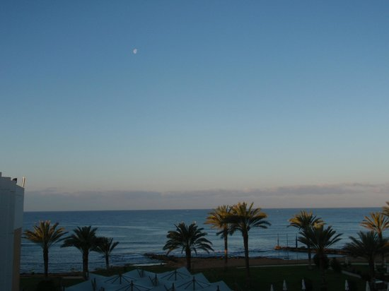 Constantinou Bros Athena Beach Hotel: Romantic moonlit view from our room