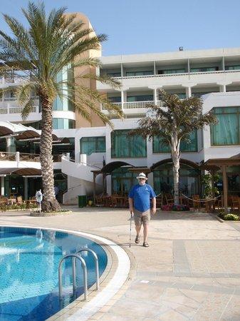Constantinou Bros Athena Beach Hotel: Hotel facade