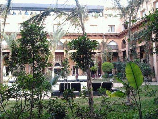 Les Jardins de Bala:                   giardino interno con piscina