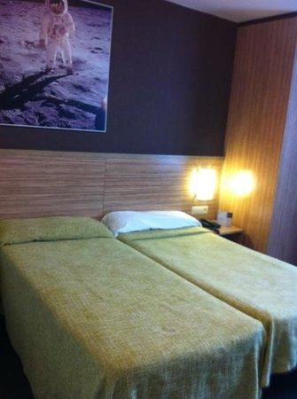 Hotel Moon:                   habita