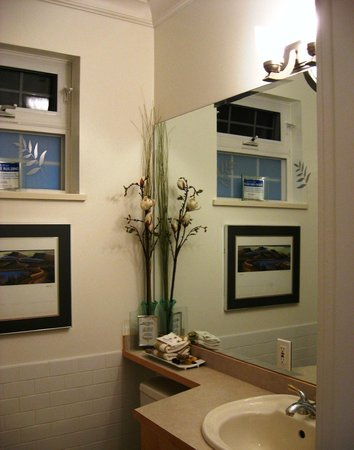 Deer Fern Bed and Breakfast:                   Clean, tastefully decorated bathroom