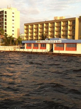 BEST WESTERN Fort Myers Waterfront:                   view of hotel from the pier