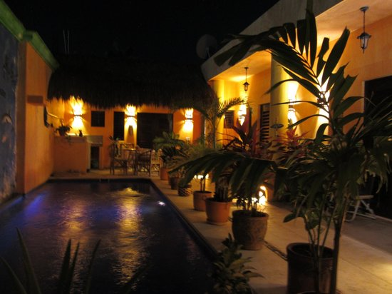Casita de Maya: Courtyard at night