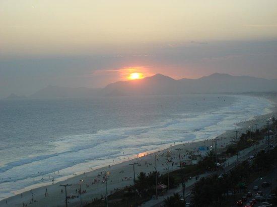 Sheraton Barra Rio de Janeiro Hotel:                   ATARDECER, VISTA DESDE EL BALCON DE LA HABITACION