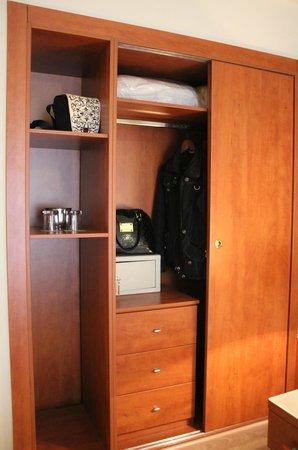 Acropolis Select Hotel:                   Шкаф (сейф, запасная подушка с одеялом и вешалки)