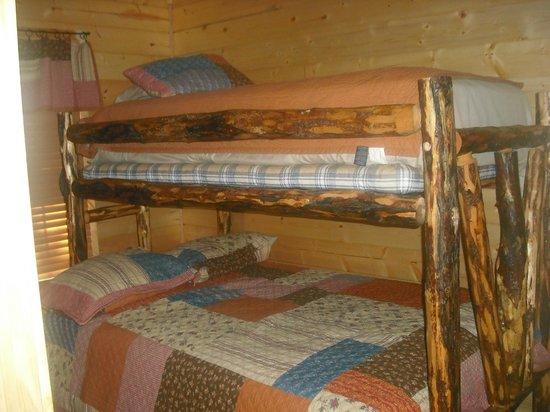 Cedar Rock Cabins: #2 bedroom at Violet's Song