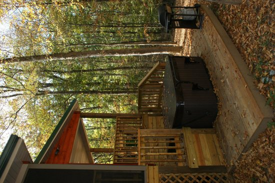 Cedar Rock Cabins: If you turn your head to the left, you will see the hot tub! LOL