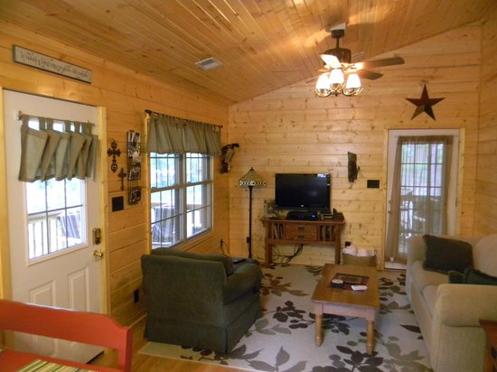 Cedar Rock Cabins: Living Room at Skipper's Dream