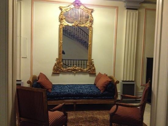 Hotel Avenida Palace:                   hall de espera do elevador! decoração linda!