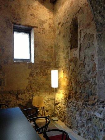 Mercer Hotel Barcelona:                   la torre de vigilancia del s.IV recuperada como comedor privado