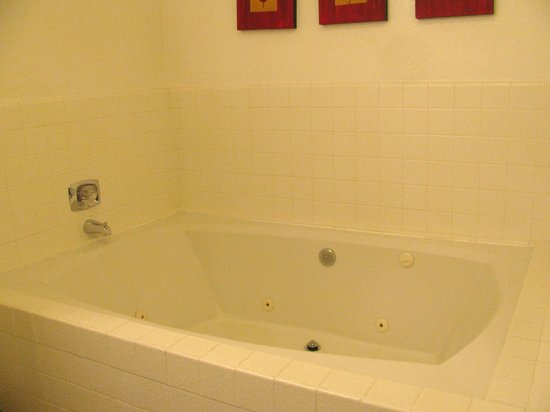 BEST WESTERN Seacliff Inn:                   HUGE Jacuzzi Tub, (sorry, took just before we left, been