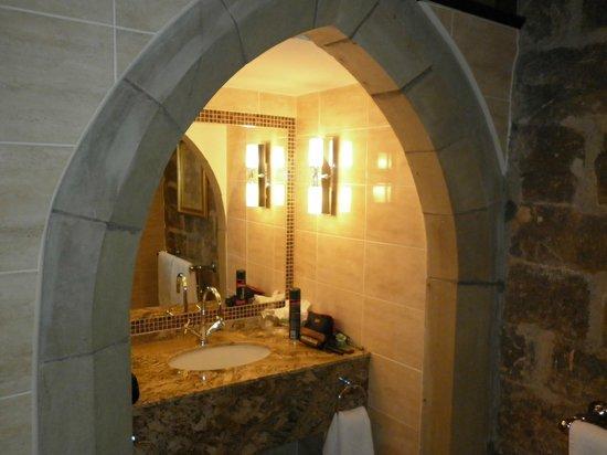 Langley Castle Hotel: Cadwallader bathroom entrance