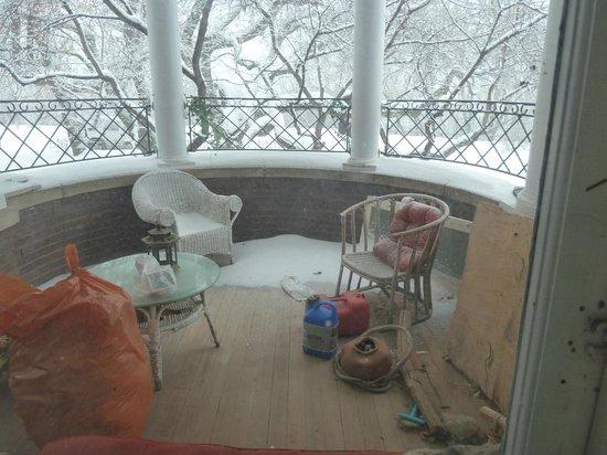 Calderhouse Inn Bed & Breakfast:                   deck with hot tub