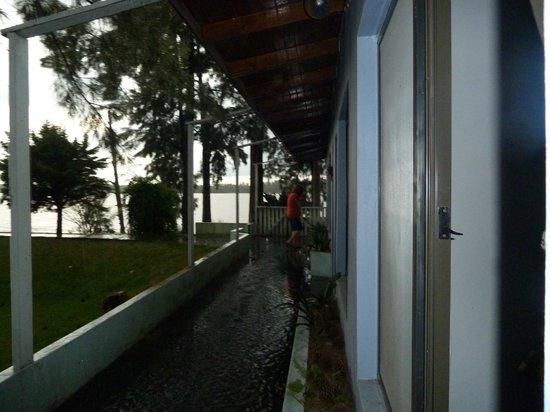 Rio Laura Delta Lodge:                                                       galería frente a habitaciones
