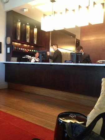Hotel Lindrum Melbourne - MGallery Collection: reception crew