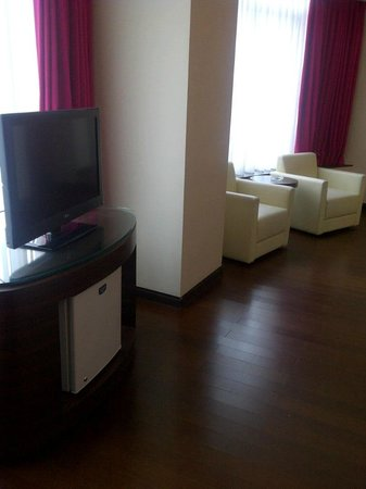 favehotel MEX Surabaya:                   TV set