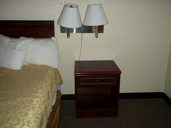 Rodeway Inn Miami Airport :                   Old bedding, furniture and lighting.