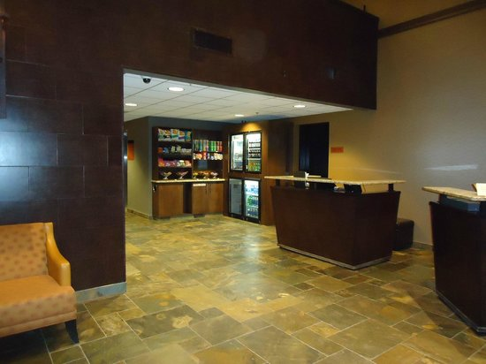 Copper Point Resort: Snack bar behind front desk