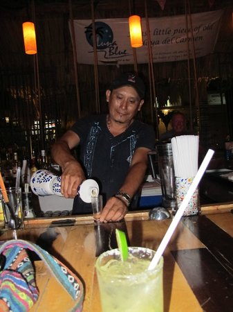 Luna Blue Hotel: Jorge making margaritas!