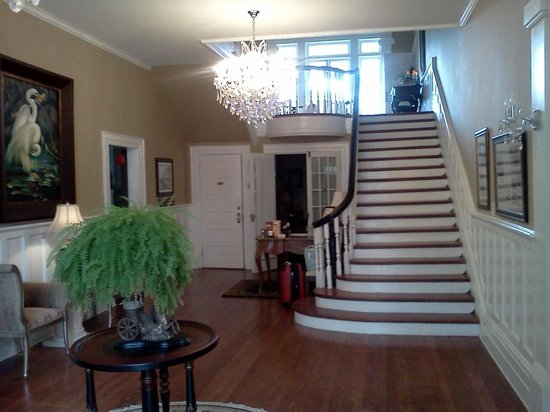 Trinkle Mansion Bed & Breakfast:                   Grand entry foyer