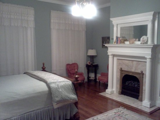 Trinkle Mansion Bed & Breakfast:                   Fireplace for ambiance