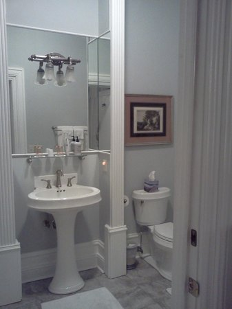 Trinkle Mansion Bed & Breakfast:                   spotless bath with steam shower