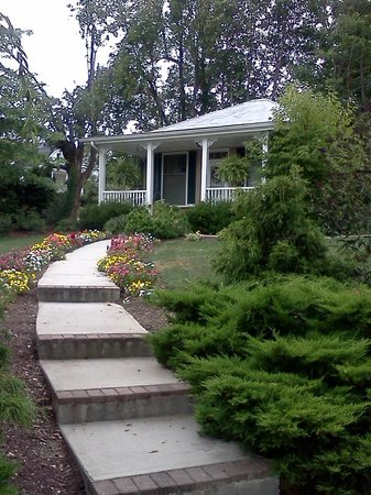 Trinkle Mansion Bed & Breakfast:                   The cottage in the garden