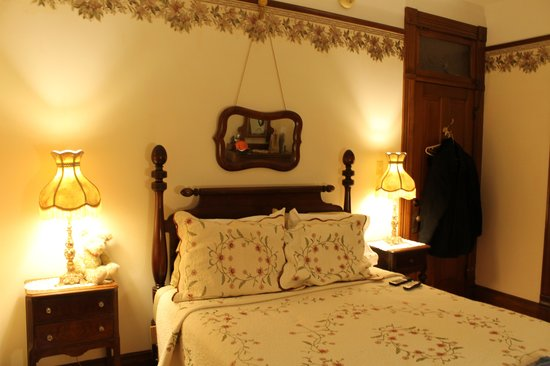 Hellman Guest House:                   Eleanor Room at night