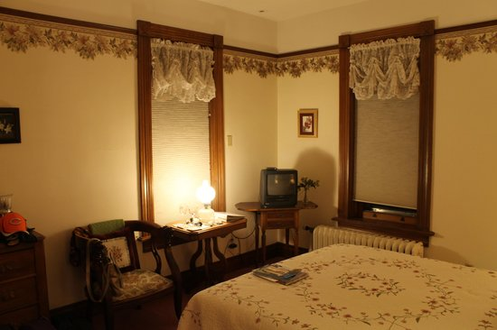 Hellman Guest House:                   Eleanor Room at nigth2