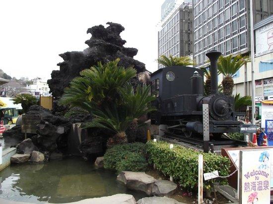 Ieyasu no Yu :                   足湯の目の前にある 軽便鉄道機関車
