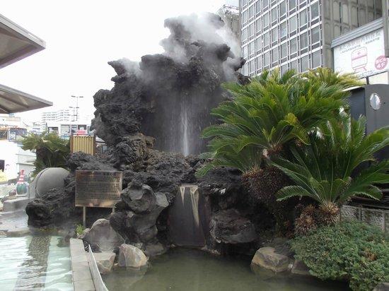 Ieyasu no Yu :                   間歇泉の噴湯