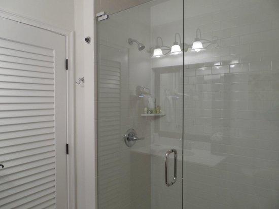 إن أون ذا ليكس:                   Bathroom Rm#303                 