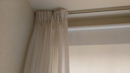 Quality Inn Pittsburgh Airport:                   window and curtain in guest room