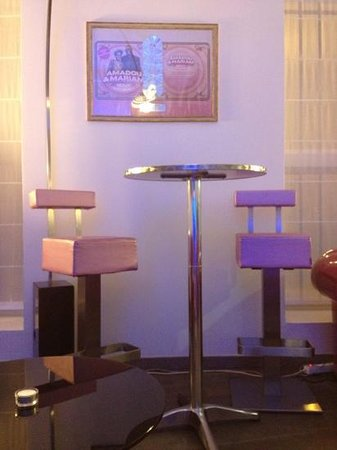 Music Hotel :                   coin bar