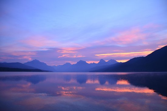 Village Inn At Apgar: Sunrise on Lake McDonald