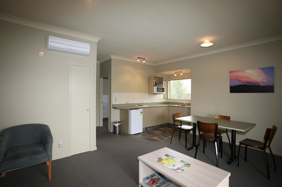 ASURE Sierra Motel : Large one bedroom - lounge, kitchen